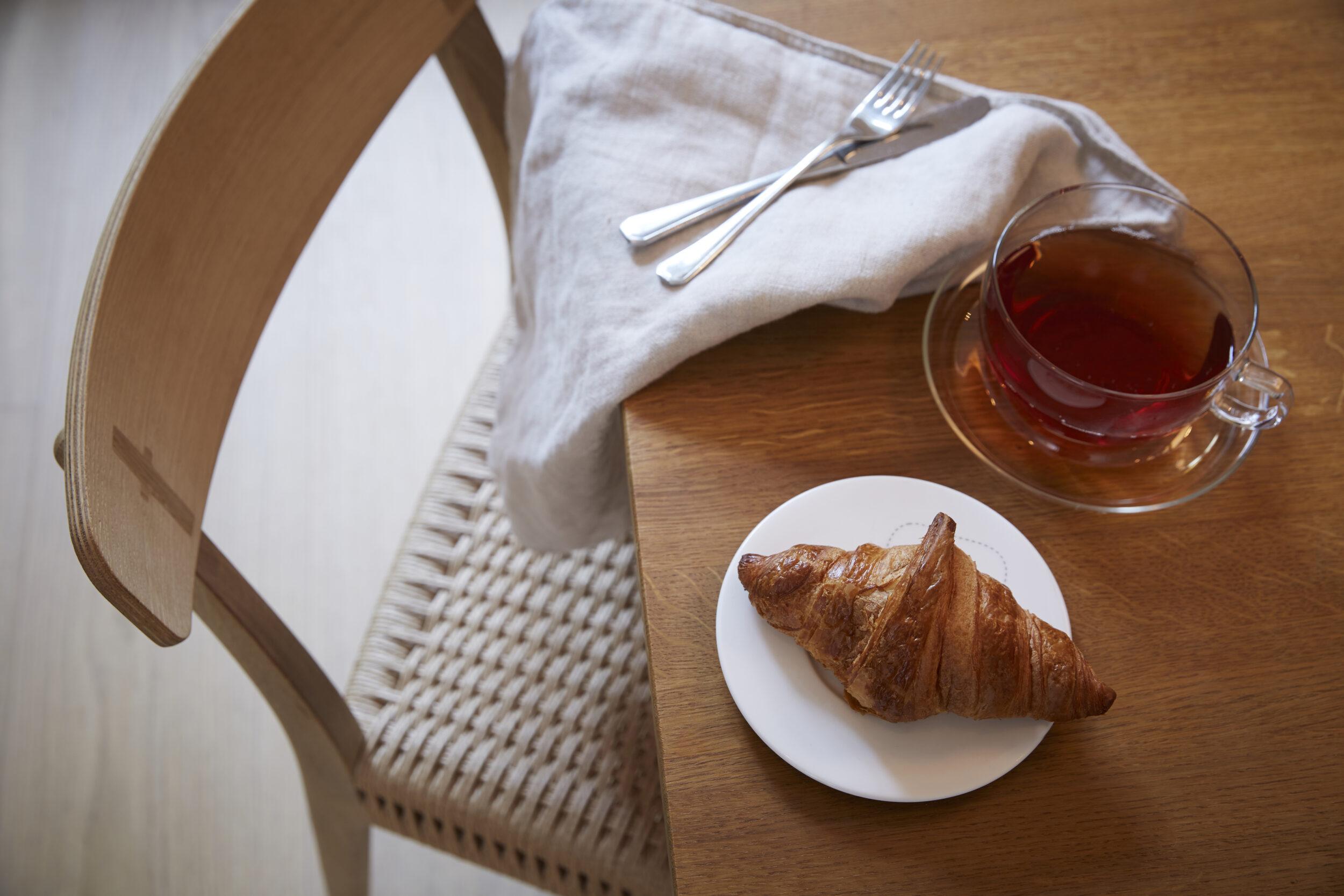 Stol och bord i ek, moderna designklassiker