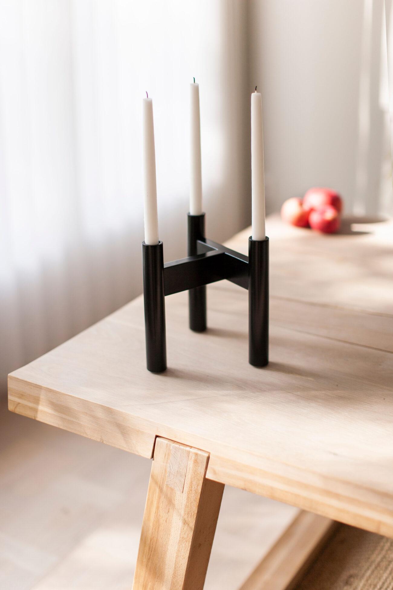 Ljusstake i målat trä på ett bord.